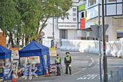 警方在進出駿洋邨的車路設置警崗,出入該邨的車輛需接受警員檢查。(鄧宗弘攝)
