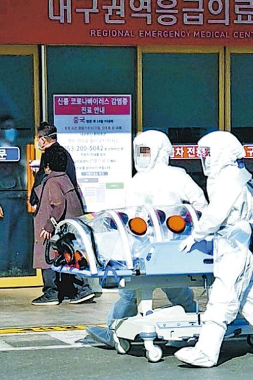 韓國大邱市最新確診者留院期間雖然高燒38.8℃,但拒接受新型冠狀病毒測試。防疫人員昨出動至該院,將與之接觸的留院患者送往特別隔離。(網上圖片)