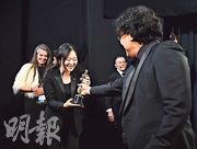 Sharon Choi(左二)在第92屆奧斯卡頒獎禮上擔任奉俊昊(右一)的翻譯員,並獲導演大讚表現出色。(資料圖片)