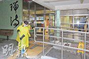 小西灣邨瑞滿樓一對夫婦昨確診新型冠狀病毒,昨下午有清潔工人在瑞滿樓大堂對出清潔。(伍浦鋒攝)