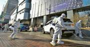 韓國昨日新增的個案當中,有15宗與日前確診的61歲婦人有關,有工作人員昨日到該婦人去過的一間大邱教會建築消毒。(路透社)