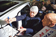 美國伊利諾州的前州長布拉戈耶維奇獲總統特朗普特赦後,昨日獲釋並抵達芝加哥的國際機場。(法新社)