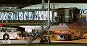 政府安排的第二架包機,接載「鑽石公主」號郵輪第二批港人,航機延遲至昨晚約9時許由東京羽田機場起飛,但有20人無法登機。(鄧俊豐攝)