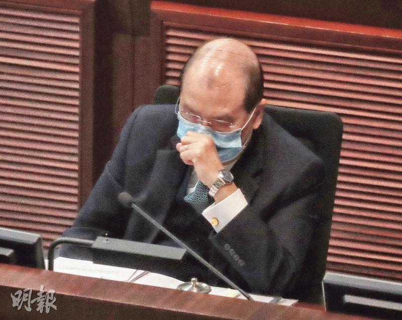 政務司長張建宗(圖)昨澄清疫情受控的言論,稱如果出現一些誤解,「說一聲真的不好意思」,又說現在疫情仍嚴峻,大家不可掉以輕心。(李紹昌攝)