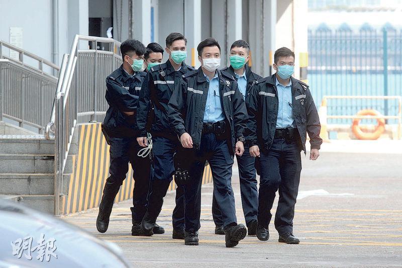 一名駐守北角警署的防暴警早前確診感染新型冠狀病毒,昨早有警員步出北角警署到附近街道巡邏,他們都戴上口罩。(林若勤攝)