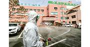 衛生人員上周五加緊在爆發群眾感染新型冠狀病毒的清道大南醫院消毒。(法新社)
