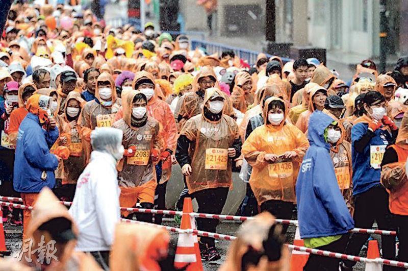 日本熊本城上周日舉行馬拉松,選手戴上口罩參賽。(網上圖片)