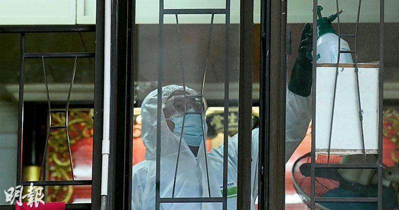 衛生署昨傍晚獲手令進入美輪大廈「福慧精舍」,在單位內蒐證及清潔消毒。(馮凱鍵攝)