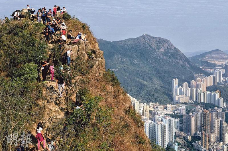香港再現行山熱潮,昨獅子山上人頭湧湧,登山徑形成「人鏈」,有市民笑言「仲多人過旺角」。(林若勤攝)