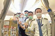 印尼近期成為中國內地採購防疫物資的主要市場,廈門航空於本月12日派出專機,從印尼雅加達把大量防疫物資包括口罩、防護服及防目鏡等運到中國。(新華社)