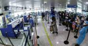 國家移民管理局稱,青島機場出入境邊防檢查站按照市疫情防控指揮部要求,加強與口岸聯檢單位協同聯動,紮實做好口岸疫情防控工作。圖為旅客在排隊等待入境。(新浪微博)