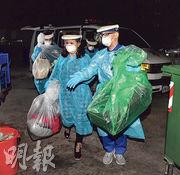 滯留湖北的台籍血友病少年(左一)及其母親(左二),前晚飛抵台灣,隨即乘救護車前往桃園署立醫院隔離。(中央社)