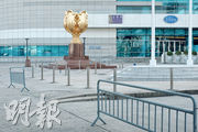旅遊業受挫,昨日下午約3時金紫荊廣場亦見冷清,不見遊人聚集。政府昨日宣布,向旅發局額外撥款近8億元,盼未來有更多國際級大型盛事在港舉辦,加強整體香港旅遊吸引力。(曾憲宗攝)