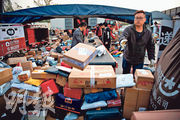 「雙十一」是內地網購平台的大型購物節,近年此風潮同樣出現於香港,人們喜歡趁此大型促銷活動消費,每年「雙十一」活動後,快遞公司要處理大量快件。(法新社)