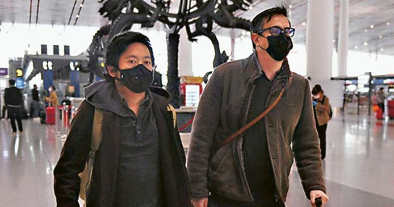被中國吊銷記者證的3名《華爾街日報》記者,美籍北京分社副社長李肇華(右)和澳籍記者溫友正(左),24日從北京乘飛機離境。另一女記者鄧超仍滯留武漢。(法新社)