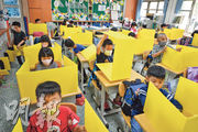 台灣中小學周二開學,台北市大佳國小學童在教室使用自製隔板,全面防堵飛沫傳染。教育部長潘文忠昨日表示,開學首日,全台共有578名學生在校被驗出發燒,均已按標準在校隔離,再通知家長接回就醫。(中央社)