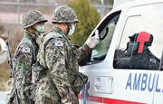 韓國士兵昨在大邱一個軍事基地外的檢查站檢查車輛。(路透社)