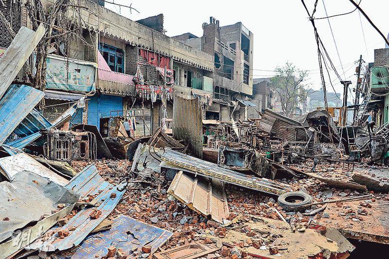 印度首都新德里昨日連續第3日爆發示威,其間支持及反對陣營發生衝突,有住宅及商店被焚毁。(法新社)