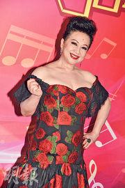 薛家燕穿上造型師設計的玫瑰圖案低胸晚裝,盡顯豐滿身材。(攝影:劉永銳)