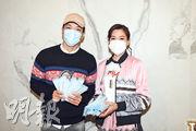 許家傑(左)與林淑敏(右)昨日在屯門,向1000名長者免費分發一萬個口罩。(攝影:黃梓烜)