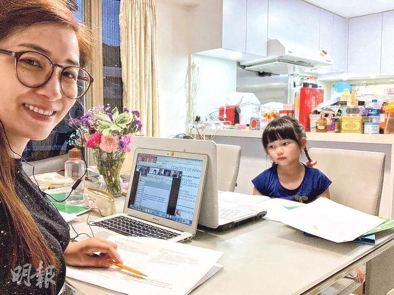 麥雅緻(左)貼出與女兒豆豆(右)在家中一起網上上堂相,勉勵一眾家長。(網上圖片)