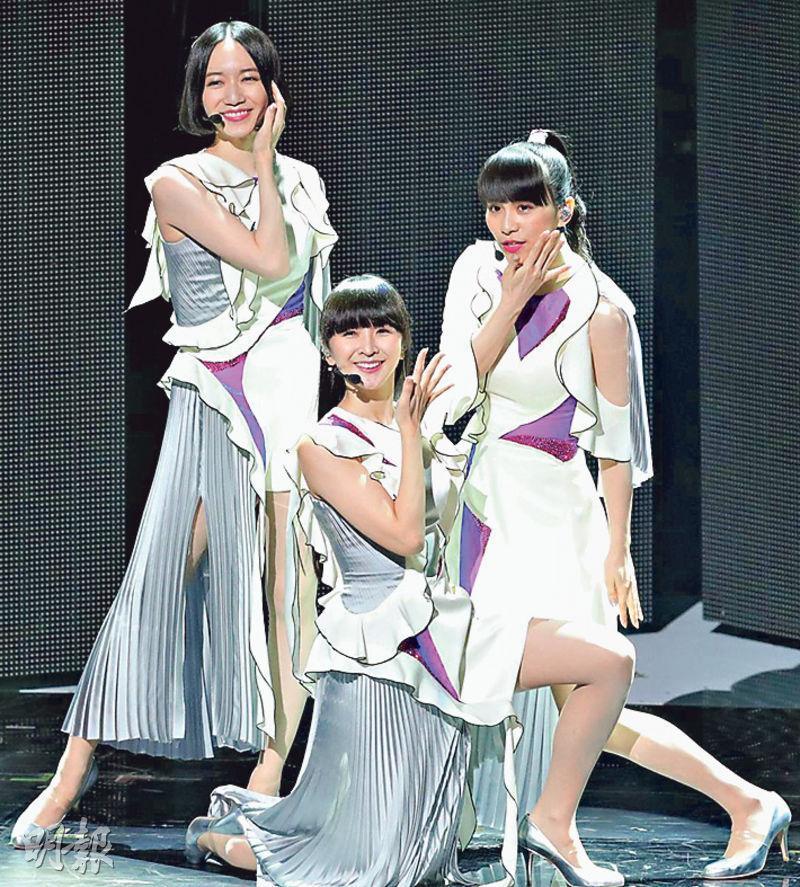 大批歌迷抵達東京巨蛋後,才得悉Perfume個唱取消,只好失望而回。