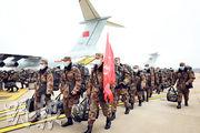 自疫情爆發,解放軍先後向湖北派出4000多人,相當於投送了一個旅。圖為解放軍空軍飛機帶着醫務人員和物資抵達武漢天河國際機場。(路透社)