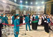 在大量穆斯林朝聖的沙特聖地麥加「天房」周圍庭院,衛生人員周四做清潔控疫工作。(法新社)