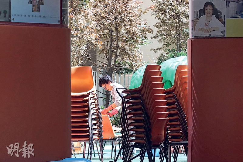 位於西環的救恩學校幼稚園部有教師感染肺炎,校園因此關閉,以待新型冠狀病毒測試結果,昨晨有基督教香港崇真會救恩堂的員工在該校園清洗屬教會的椅子。據救恩學校小學部校長,該老師的測試最終呈陰性。(李紹昌攝)