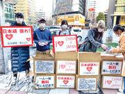 有在日本名古屋的華人,前日在街頭將口罩免費分發給日本人。(新華社)