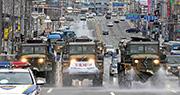 軍車昨在大邱市內街頭噴灑消毒劑及宣傳防疫。(法新社)