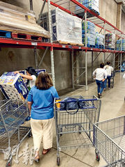 民眾在美國夏威夷一家超市內搶購紙巾、食物等日用品。(路透社)