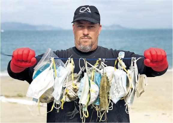 海洋環保組織Oceans Asia創辦人Gary Stokes上月到索罟群島考察,發現大量垃圾漂上沙灘,當中有不少是口罩。(受訪者提供)