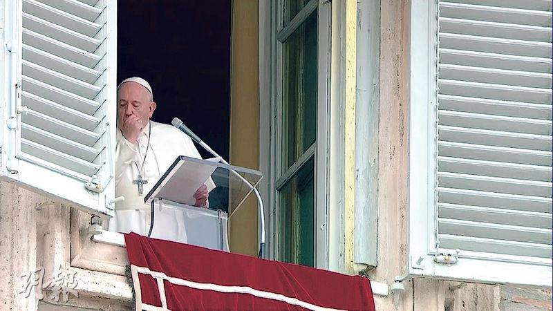教宗方濟各昨在梵蒂岡聖伯多祿廣場發言期間咳嗽數次。(法新社)