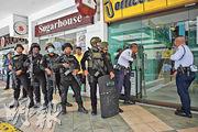 菲律賓警察特種部隊成員昨日準備攻入發生挾持人質事件的商場。(法新社)