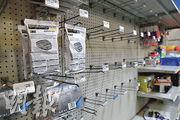 美國加州民眾增購防護及清潔物資等,令部分店舖貨架口罩迅速售罄。(法新社)
