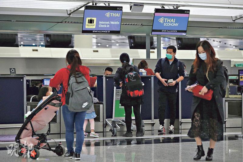 泰國入境限制措施信息一度混亂,昨曾傳出香港旅客入境需強制隔離,當局及後澄清並沒其事,昨午本港仍有不少航班前往泰國曼谷和布吉,惟登機櫃位較冷清,僅小量旅客辦理手續登機。(曾憲宗攝)