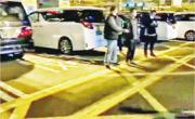 約20多名中港司機駕駛私家車前晚起在深圳灣口岸堵塞部分入境通道,至昨晚仍未散去。(業界人士提供)