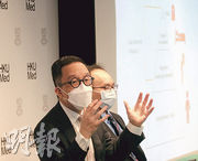 港大公共衛生醫學講座教授梁卓偉(左)稱,估計新冠病毒的發病死亡率為1.4%,但由於確診人數眾多,故1.4%死亡率所涉的死亡人數亦很多,不容忽視。(李紹昌攝)