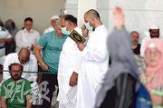 沙特伊斯蘭聖地麥加的大清真寺上周五(6日)的禱告會,敬拜者戴口罩防預病毒傳播情况似未普遍。(法新社)