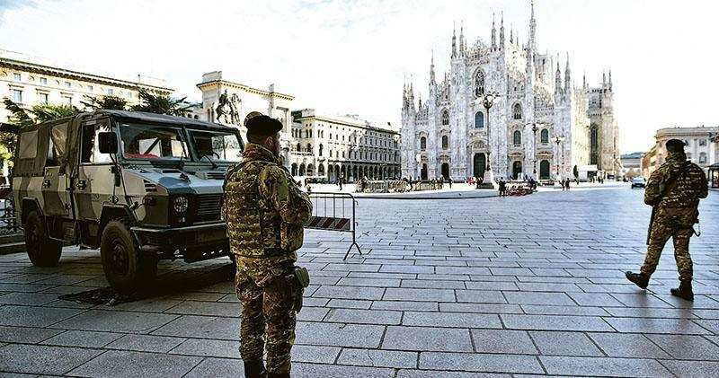 意大利政府宣布北部多個地區封城後,米蘭周日有軍人在巡視。(路透社)