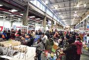 美國紐約州的新冠肺炎確診數目增加,州長宣布進入緊急狀態。紐約一間超市前天擠滿大批購買日用品的顧客。(新華社)