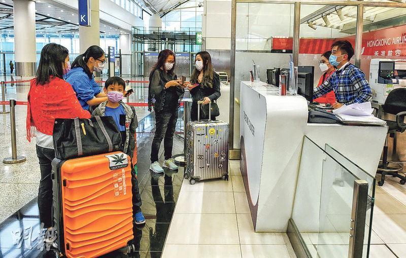 昨午前往泰國曼谷的香港航空乘客在本港機場辦登機手續時,因未能出示健康證明書,遭航空公司拒絕登機。擾攘數小時後港航發出「放行書」,該批乘客最終轉乘晚上9時的航班。(林若勤攝)
