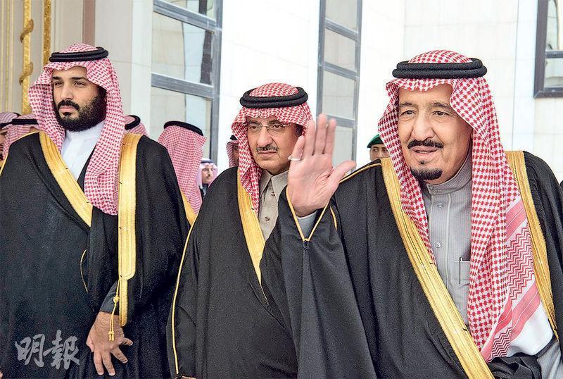 沙特國王薩勒曼(右)2016年與當時的王儲穆罕默德‧本‧納伊夫(中),及尚為副王儲的穆罕默德(左)合照。(法新社)