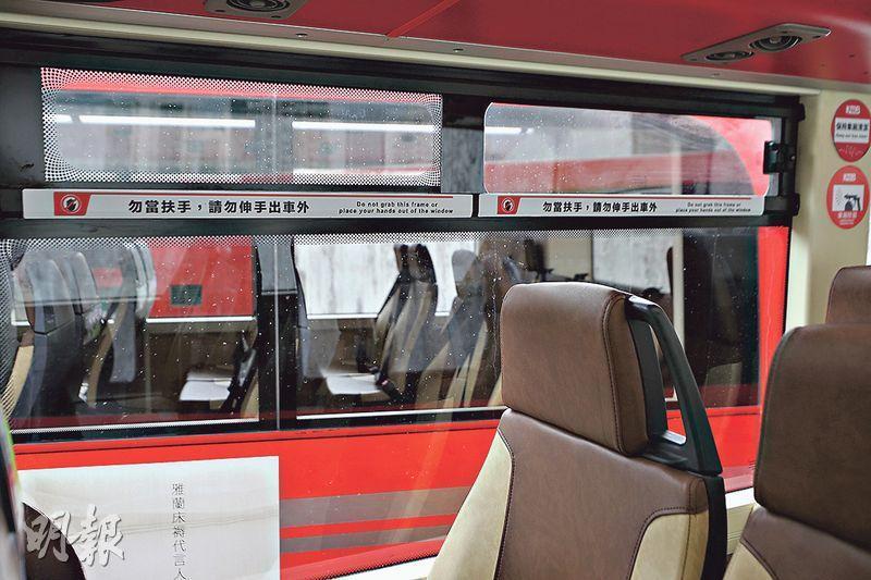 九巴將於半年內為200部雙層巴士增設橫趟式通風氣窗,以加強車廂空氣流通,首兩部已加裝通風氣窗的雙層巴士今日起行駛。(曾憲宗攝)