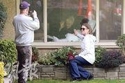 美國華盛頓州西雅圖護老院「生命護理中心」是疫情爆發熱點,已有逾10名院友病亡。81歲院友沙佩證實感染,其女兒及女婿周三隔着窗跟她拍照。(路透社)