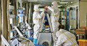 內地新冠肺炎疫情已趨緩和。圖為武漢市一家醫院的醫務人員昨日進入隔離病房拆卸通風管道。隨着病人減少,部分隔離病房將回復用作公共病房。(法新社)