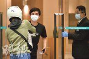 曾有確診者入住的灣景國際酒店,昨日有戴口罩的住客叫外賣,負責把守門口的職員亦戴口罩及手套。(林靄怡攝)