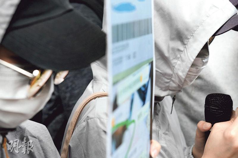 民主黨深水埗區議員袁海文稱,A小姐(右)早前網購170盒口罩,涉及約1萬元,惟賣家在3月初失聯。袁海文昨聯同事主到灣仔警察總部交請願信,要求加強打擊口罩騙案。(林若勤攝)