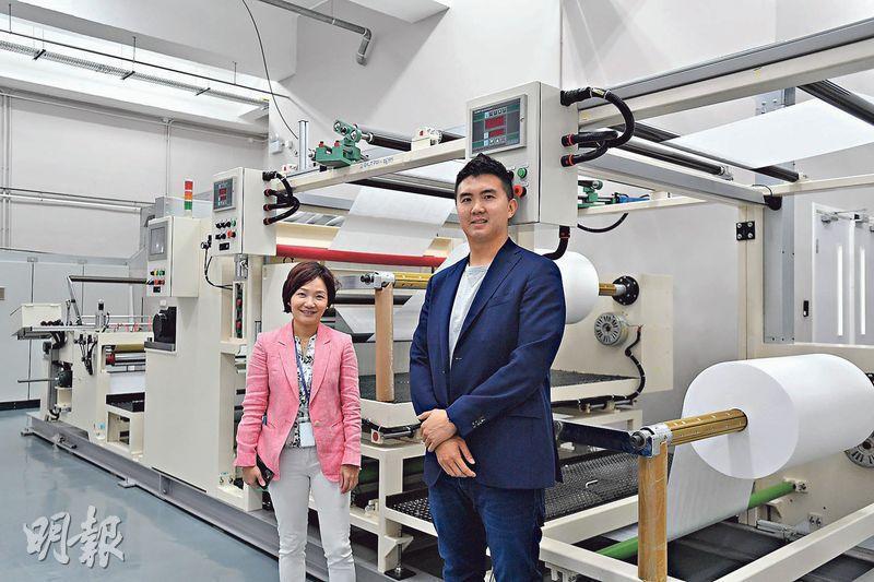 百達洋行(遠東)董事王潔芳(左)表示,這部超聲波焊接機是她去了6個國家才選中購入的,現正生產納米纖維口罩濾芯,向維特健靈及HK MASK供貨;旁為百達洋行附屬公司樂天淨化工程項目總監蔡子樂。(鄧宗弘攝)